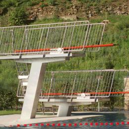 Sprungbrettanlage, Edelstahl, geneigte Rechtecksäule, Geländer mit Füllstäben